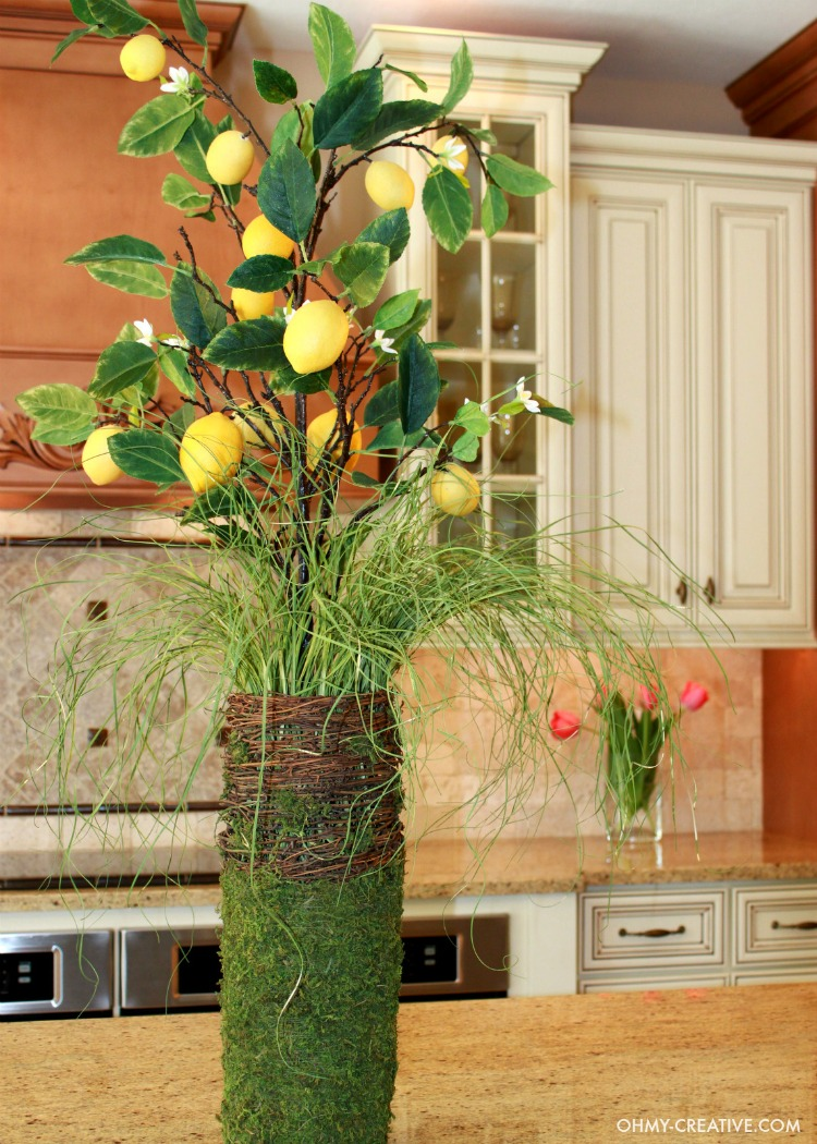 Easy Spring Lemon Centerpiece to brighten your home for Spring and Summer - Gorgeous! | OHMY-CREATIVE.COM