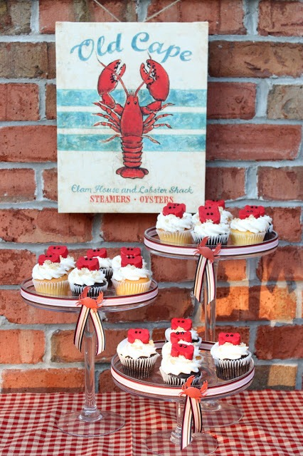 Easy to make chocolate candy crab cupcakes. Adorable for summer parties! OHMY-CREATIVE.COM | crab cupcakes recipes | crab cupcake toppers | Beach cupcakes | #dessert #cupcakes #beach