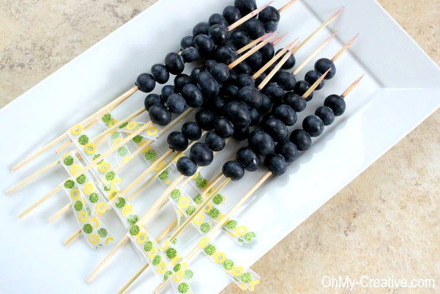 This Blueberry Vodka Lemonade is a light and delicious Summer Cocktail! Dress it up with Blueberry Skewers decorated with pretty party ribbons! | OHMY-CREATIVE.COM