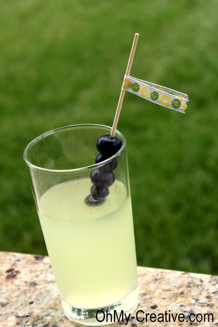 Summers best cocktail - Blueberry Vodka Lemonade  |  OHMY-CREATIVE.COM
