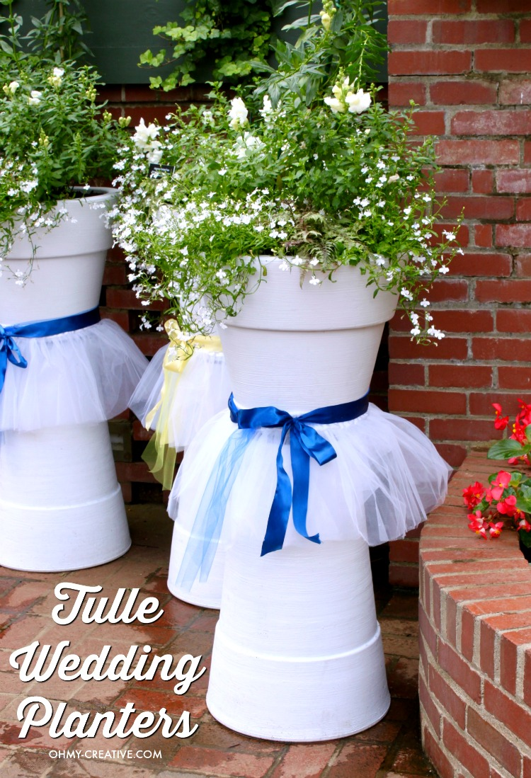 How adorable are these Tulle DIY Wedding Flower Pots for Weddings, Bridal Showers or other Spring or Summer events! Easy to make with white painted flower pots, ribbon and tulle! | OHMY-CREATIVE.COM