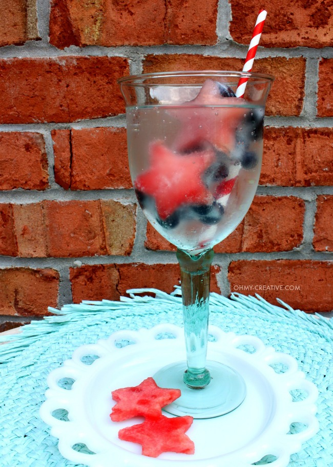 Make a splash with your drinks by adding Fresh Fruit Ice Cubes | OHMY-CREATIVE.COM