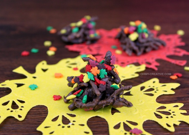 Take the traditional no bake cookie and turn them into Fall Haystack Cookies | OHMY-CREATIVE.COM #fall #fallcookies #falldesserts #fallleaves #fallrecipe #haystackcookies