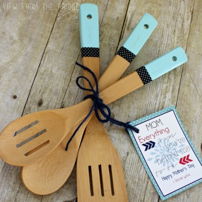 Color Dipped Wooden Utensils {+ Free Printable Gift Tag}