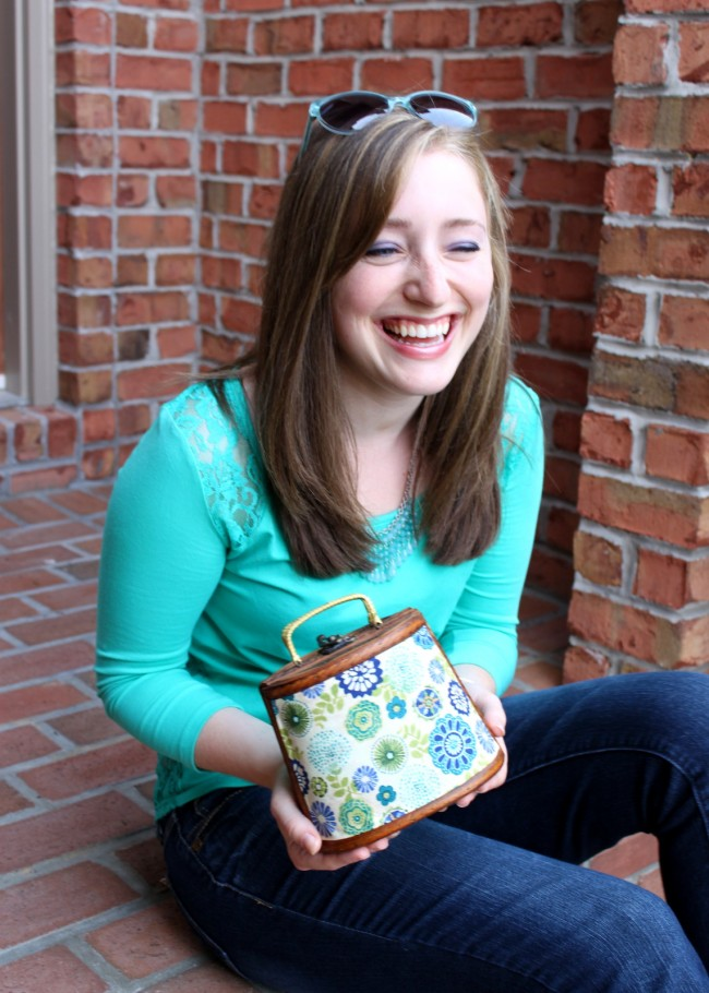 I love a trash to treasure project like this Goodwill Purse Makeover! It was easy to create this fun fashion accessory with a few extra dollars! | OHMY-CREATIVE.COM