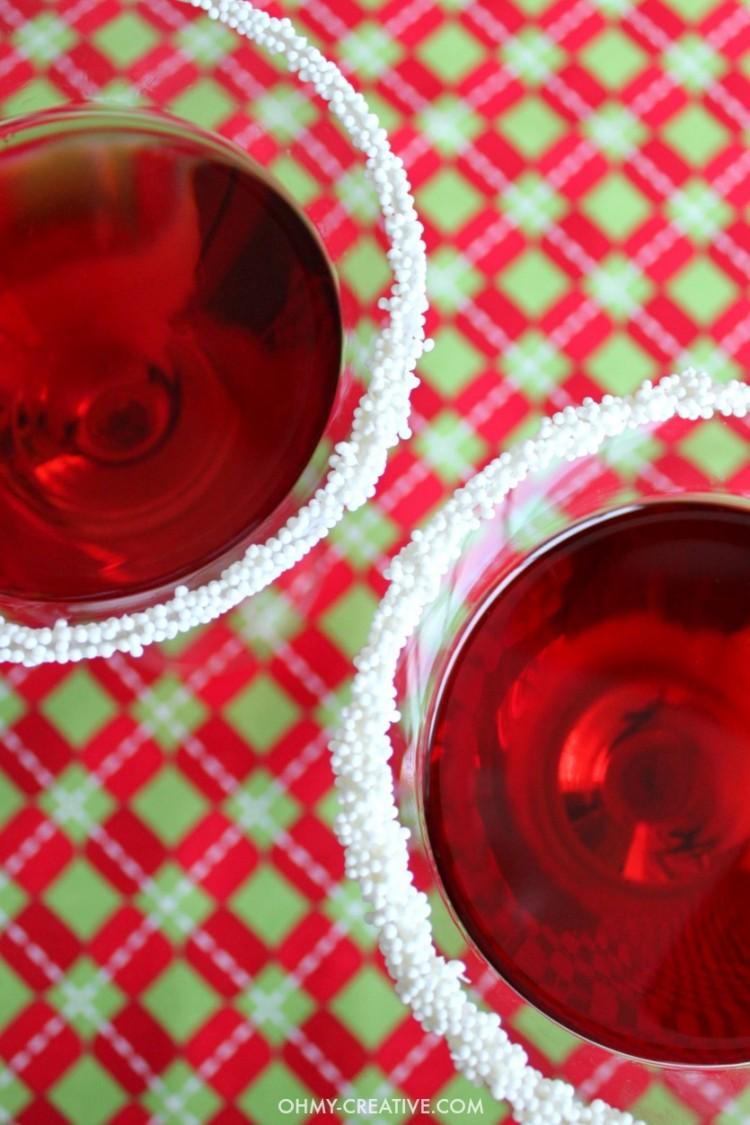 This festive Pomegranate Santa Hat Martini is so good! | OHMY-CREATIVE.COM | Pomegranate Martini | Christmas Drink | Christmas Cocktail | Pomegranate Liqueur | Vodka Martini Recipe | Pomegranate Cocktails | Christmas Cocktails