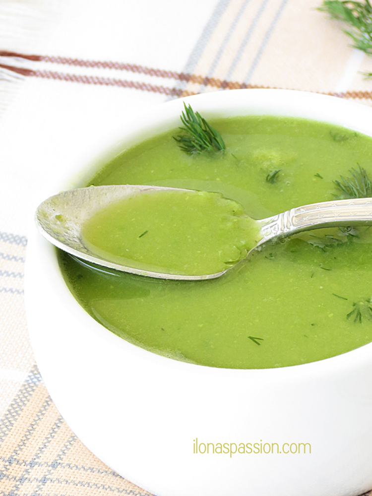Green Pea Soup Recipe - creamy and simple pea soup made in under 40 minutes! I OHMY-CREATIVE.COM