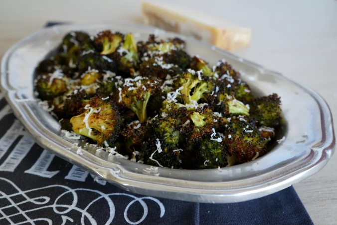 Simple Roasted Broccoli - 25 Thanksgiving Side Dishes to complete your Thanksgiving dinner! Including Thanksgiving vegetable side dish recipes, traditional Thanksgiving recipes as well as new recipes to try! | OHMY-CREATIVE.COM