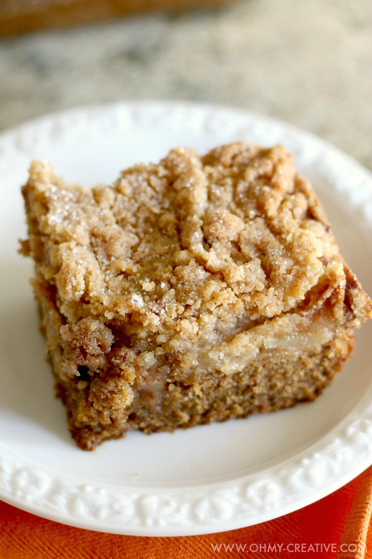 This Gingerbread Apple Pie Cake is soft, moist, with the perfect blend of ginger, nutmeg and sweet brown sugar. A delicious crumb topped apple pie - perfect for any occasion! | OHMY-CREATIVE.COM