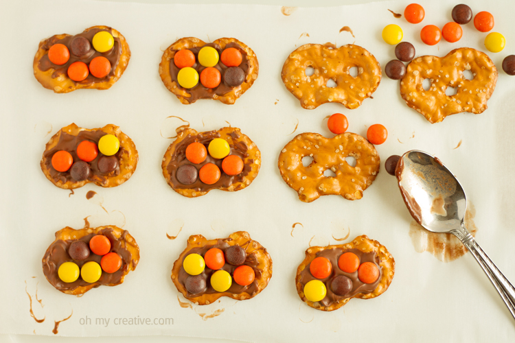 Just 3 ingredients in this leftover Halloween candy recipe - a tasty sweet and salty treat! Easy for the kids to make into a Thanksgiving treat!     OHMY-CREATIVE.COM