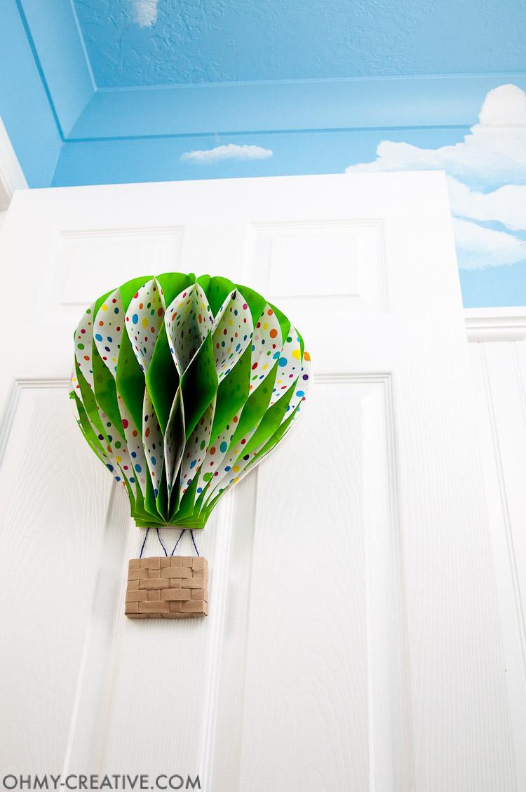 DIY Hot Air Balloon Decor || OHMY-CREATIVE.COM | Paper Hot Air Balloon | Unique Spring Wreath | Paper Crafts | Paper Decor | Spring Decor | Summer Decor | Nursery Decor | Hot Air Balloon Craft