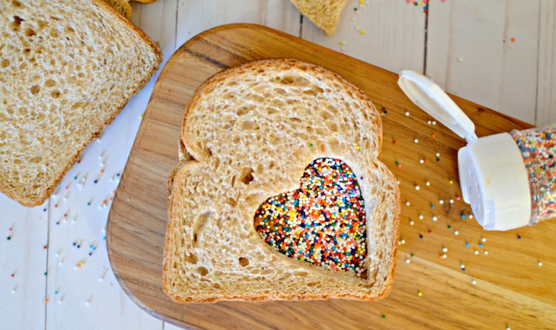 How to make Fairy Bread - a fun party treat for kids to eat. OHMY-CREATIVE.COM | Fairy Bread Recipe | Fairy Bread | Fairy Sandwich Kids Birthday Party | Kids Treat #fairybread #fairybreadrecipe #party #howtomakefairybread