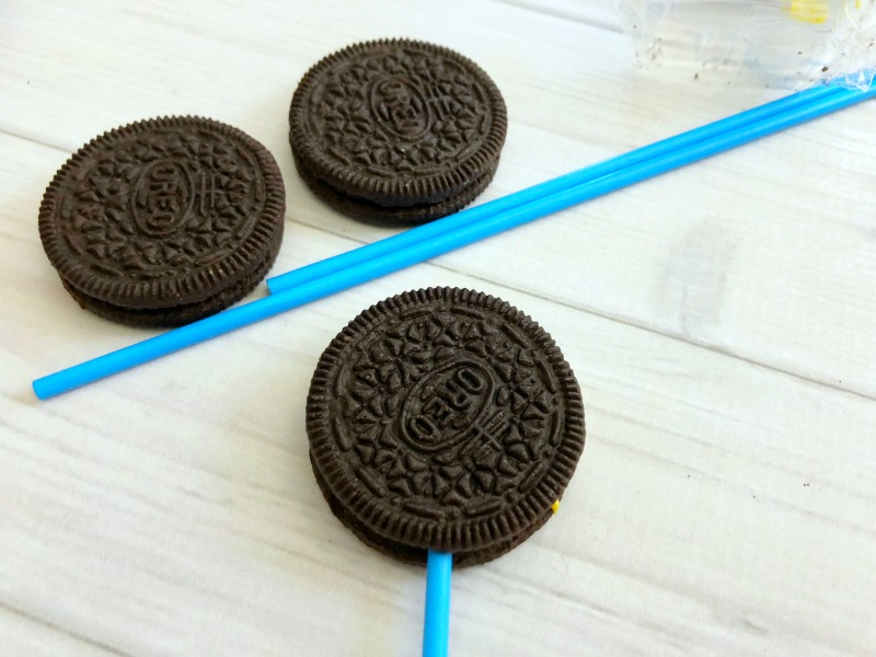 These Disney Winnie the Pooh Cookies Oreo Pops are an adorable Pooh Bear treat! OHMY-CREATIVE.COM   Winnie the Pooh   Winnie the Pooh Pops   Oreo Pops   Winnie the Pooh Cookies #winniethepooh #winniethepoohmovie #winniethepoohcookies #oreopops #disney